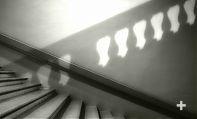 Una rampa di scala e l'ombra della successiva